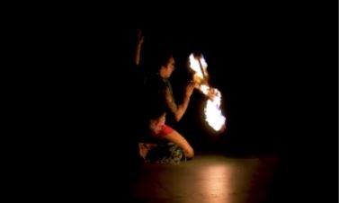 Un homme fait une danse au couteau de feu – c'est un spectacle exaltant
