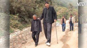 Un berger de 2,36 m de haut, autrefois nommé «l'homme le plus grand du monde», est maintenant père et son bébé est énorme