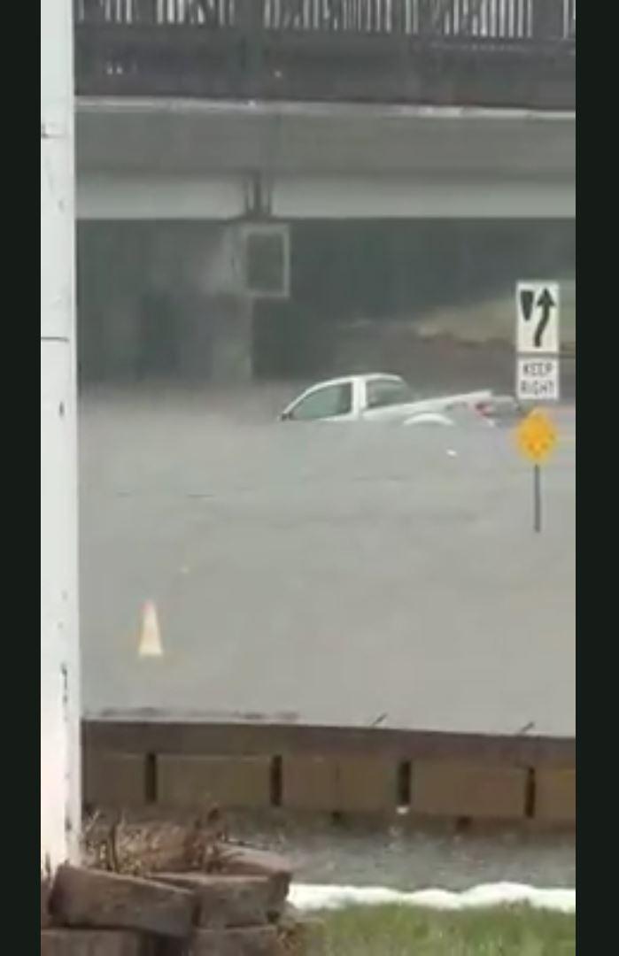 Un conducteur d sesp r est coinc dans un camion submerg for Par la fenetre ouverte
