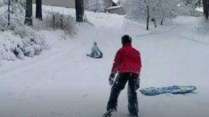 Des enfants s'amusent à descendre une colline en traîneau. Mais quand l'un d'eux se rapproche du cameraman…