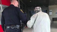 La photo et l'histoire d'un policier aidant un homme âgé fait le tour d'internet