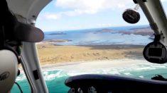 Un avion parcourt et atterrit sur une plage exotique en Écosse
