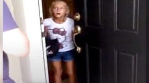 Une fille va ouvrir la porte, mais après l'avoir ouverte elle ne peut s'empêcher de trembler et de crier