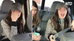 Deux jeunes filles essaient d'aider leur père à réparer la voiture, mais sa liste hilarante de pièces à acheter peut être difficile à trouver