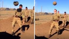 Un soldat tente de lancer une grenade. Mais quand elle lui glisse accidentellement de la main - je sursaute