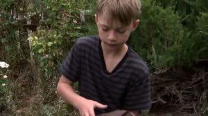 À 10 ans, il a survécu pendant 30 heures tout seul en forêt et dans le froid – quand il explique comment il a fait, je suis ébahi