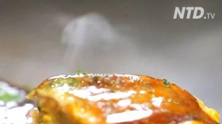 Ceci est connu sous le nom de 'pizza japonaise', et c'est vraiment vendeur – vous comprendrez pourquoi