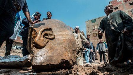 Une statue colossale de 3000 ans du pharaon le plus puissant d'Égypte a été trouvée dans un bidonville du Caire