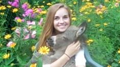 Une jeune femme berce doucement un bébé âne dans ses bras - c'est l'amitié la plus inhabituelle que j'aie jamais vue