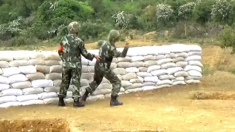 Un soldat tente de lancer une grenade mais, quand ça tourne mal, je me couvre les yeux