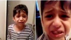 Ce petit garçon vient de perdre une de ses dents. À travers sa réaction intense, il pense que c'est la fin du monde