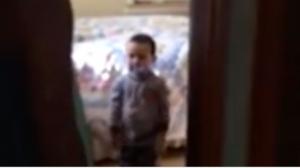 Ce garçon ne voulait pas ouvrir la porte, mais quand il voit qui est là, sa mâchoire s'ouvre littéralement