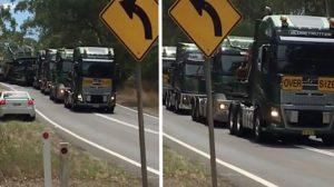 Un homme aperçoit un convoi exceptionnel au loin – mais quand il voit ce que les camions transportent, il est abasourdi