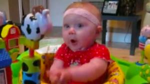 Une mère met sa fillette sur un nouveau jouet de bébé – et la réaction de la pauvre petite est trop drôle