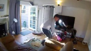 La maison est laissée dans un désordre complet. Quand vous verrez qui est l'intrus, vous rirez