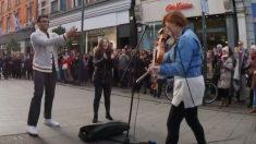 Busker joue un solo de violon impressionnant, mais ce que ces touristes font - ils volent le spectacle