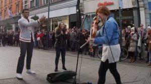 Busker joue un solo de violon impressionnant, mais ce que ces touristes font – ils volent le spectacle