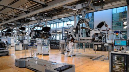 Trump menace d'imposer une taxe de 20% sur les voitures importées de l'UE