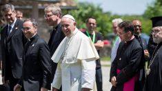 France: plus en paix avec les catholiques, Macron rend visite au pape mardi