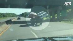 Un conducteur sur l'autoroute repère quelque chose de très étrange à l'arrière de la dépanneuse :