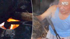 Un coiffeur chauffe une paire de pinces métalliques dans le feu. Quand il s'en sert pour brûler les cheveux, c'est stupéfiant
