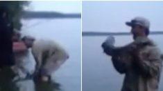 Un pêcheur brandit avec enthousiasme une magnifique prises de grande valeur – mais juste au moment où il se réjouit – le poisson fait son mouvement