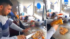 Cet homme fait cuire des œufs brouillés mélangés à de la viande à l'aide d'un couteau, puis il étale le tout sur du pain – qu'est-ce qu'il fait?