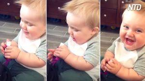Bébé apporte sa bouche près d'une bouteille de gel antibactérien. Quand sa mère crie de peur, on rigole