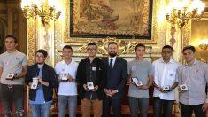 4000 euros trouvés dans le RER: les 8 adolescents sont reçus au Sénat et reçoivent une médaille