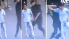 Un homme brandissant un couteau menace une foule, mais regardez les mouvements d'arts martiaux de ce policier!