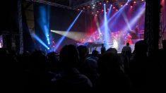 Arabie: une fan veut étreindre un chanteur et risque des poursuites pour