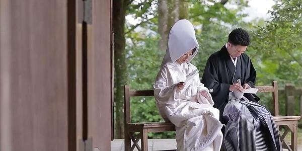 Une cérémonie solennelle de mariage traditionnel japonais est riche de sens