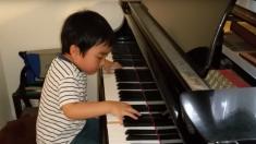Ce jeune garçon commence à jouer du piano et sa performance est absolument magistrale
