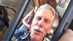 Un grand-père est chargé de filmer la demande en mariage de son petit-fils à l'aide d'une caméra, mais il se filme accidentellement lui-même