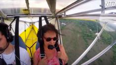 Des centaines de pieds au-dessus du sol, le pilote voit un passager clandestin sur l'aile - gardez les yeux rivés à l'extrême droite