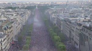 Plusieurs centaines de milliers de personnes sur les Champs-Élysées