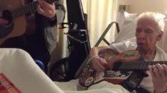 Un célèbre guitariste apprend que son ancien professeur de guitare est à l'hôpital - il n'y avait qu'une seule chose à faire