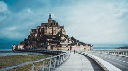 La plupart des gens qui visitent la France s'en tiennent à Paris, mais juste au large de la côte se trouve un château digne d'un conte de fée