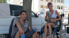 Sans domicile, une jeune fille handicapée et son conjoint vivent sur un parking depuis six mois