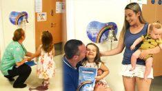 Une enfant de quatre ans sonne la cloche pour clore le traitement du cancer