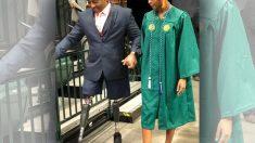 Un père qui a perdu ses deux jambes marche à nouveau, cette fois lors de la remise des diplômes de sa fille