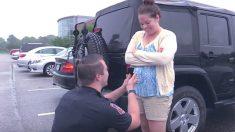 La demande en mariage surprise du policier inquiète sa petite amie, car elle commence par un canular