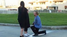 Un enseignant tombe amoureux de la mère d'une élève et fait une proposition à la mère et à sa fille