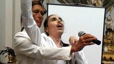 Une chanteuse de 28 ans atteinte de paralysie cérébrale éblouit le public de sa voix angélique