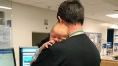 Une jolie photo montre un médecin dans l'exercice de ses fonctions dans la salle d'urgence en train de câliner le bébé d'une patiente