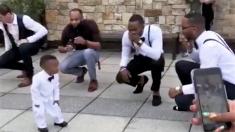 Des enfants s'amusent tellement durant un mariage qu'ils volent la vedette