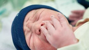 Des bébés hospitalisés sont câlinés par des bénévoles, une nouvelle méthode pour les rassurer