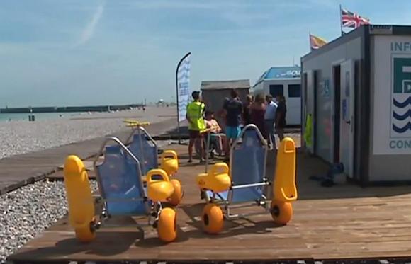 «Tous à l'eau»: la baignade en fauteuil roulant à Dieppe, c'est possible!