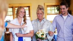 Ce couple se rend à une fête de remise du diplôme de leur fils. Mais à leur arrivée, c'est la célébration de leurs 25 ans de mariage et de renouvellement de leurs voeux!
