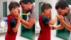 Un garçon sourd pleure de joie lorsqu'il entend de nouveau la voix de papa après la réparation de l'appareil auditif